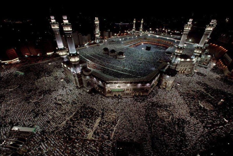 Cette mosquée magnifique entoure la Kaaba, le fameux sanctuaire musulman sacré, vers lequel les croyants se tournent lorsqu'ils prient. Elle couvre une grande superficie de 40 hectares, et peut conséquemment accueillir jusqu'à quatre millions de personnes à la fois. Son coût de construction est estimé à 100 milliards de dollars.Quel nom donnez-vous à la plus grande mosquée du monde ?