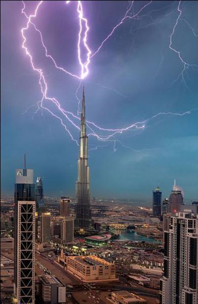 Cet immeuble est hors du commun avec ses 828 mètres de hauteur et ses 160 étages. Vous avez reconnu le plus grand bâtiment au monde et à la plus haute structure autoportante.Quel nom porte cette tour de Babel ?Merci d'avoir voyagé avec moi !