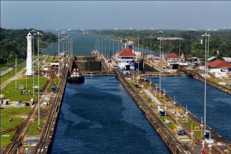 Le but était de relier l'Atlantique au Pacifique. Les travaux ont débuté en 1914, initiés par la France et complétés par les États-Unis : ils réduisent de 10 fois le temps ! Même un siècle plus tard, il demeure le canal le plus impressionnant du monde. Quel est son nom ?