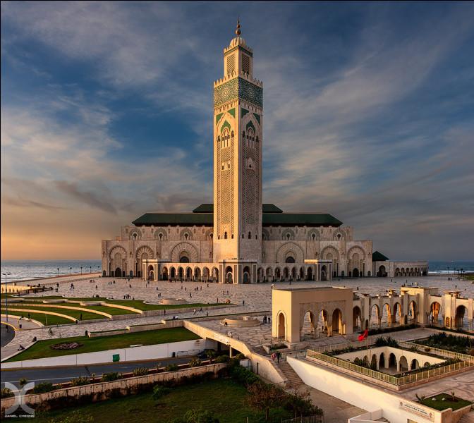 Cette conception a été dessinée par l'architecte français Michel Pinseau et le coût de sa construction se situe aux alentours de 513,5 millions $ US. Elle a été commandée par le roi Hassan II en 1986 et ouverte au public en 1993. Trouvez le nom de ce bâtiment qui possède le plus haut minaret du monde, culminant à 200 mètres.