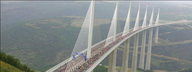 Le plus haut pont du monde franchit la vallée du Tarn. Il est sur la A75 (La Méridienne), route Paris-Barcelone et réduit le voyage qui prenait 2 heures avant, à 10 minutes maintenant. La tour Eiffel peut se loger sous ses pylônes.Quel est ce pont qui couvre une distance de 2 460 mètres et qui est haut de 270 mètres ?