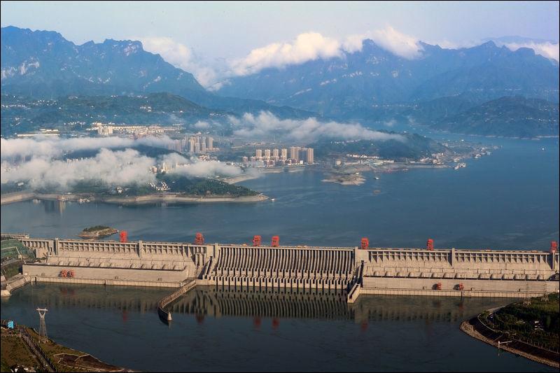 Elle possède une énorme capacité de production de 22 500 mégawatts. Elle a coûté environ 28 milliards de dollars à construire. Plus de 1,2 million d'habitants avaient alors été déplacés et en plus, une centaine de villes et de villages y avaient été engloutis par les eaux du Yangtsé.Quel est le nom de cette plus grande centrale hydroélectrique au monde ?