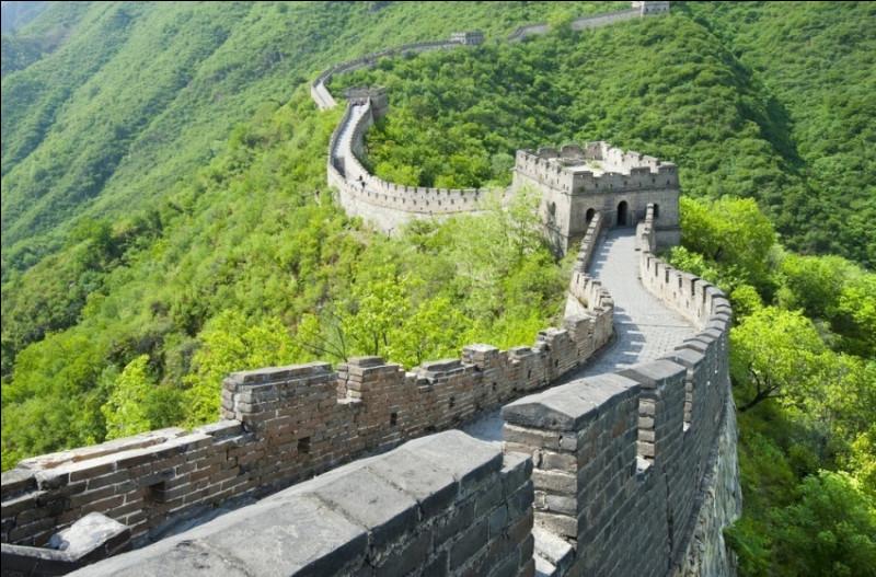 Ce mur a été construit pour protéger les frontières septentrionales des envahisseurs. ''C'est la structure architecturale la plus importante jamais construite par l'homme à la fois en longueur, en surface et en masse''.Quel nom porte cet ensemble de fortifications militaires d'une longueur totale de 21 191 kilomètres ?