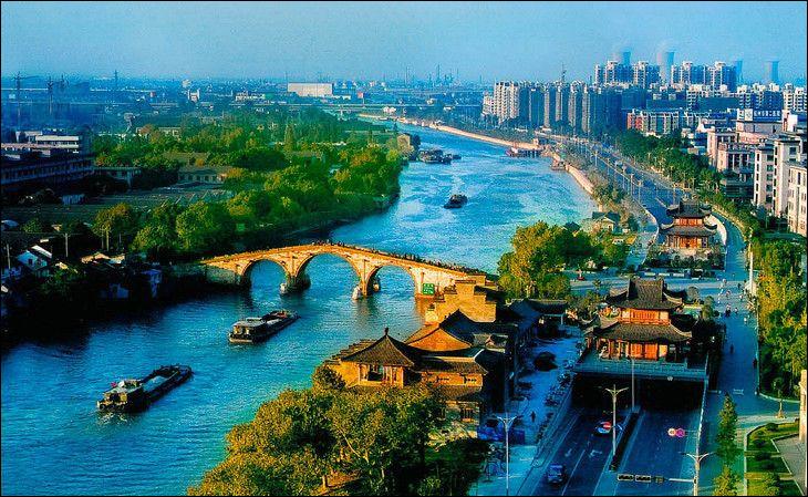 C'est la plus grande rivière artificielle du monde, soit environ 1 930 km. Les parties les plus anciennes remontent au Ve siècle av. J.-C.Quelle est cette construction humaine, creusée essentiellement pour l'approvisionnement de Pékin en céréales et qui fait partie depuis 2004 du patrimoine mondial de l'UNESCO ?