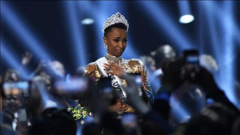 Décembre 2019 : l'émouvante Zozibini Tunzi consacre son pays pour la 3ème fois de son histoire à l'élection de Miss Univers qui se déroule à Atlanta.