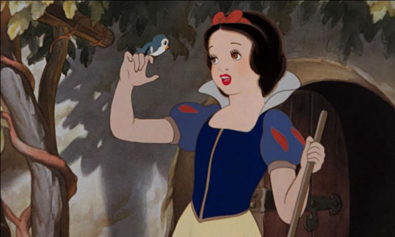 Qu'est-ce que le chasseur donne à la reine au lieu du cœur de Blanche-Neige ?
