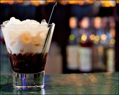 """Alcool principal : Vodka Ingrédient (s) : Liqueur de café, crème fraîche, ...Origine : Etats-Unis A savoir : Ce cocktail est la boisson favorite du Duc dans """"The Big Lebowski"""".Quel est le nom de ce cocktail ?"""