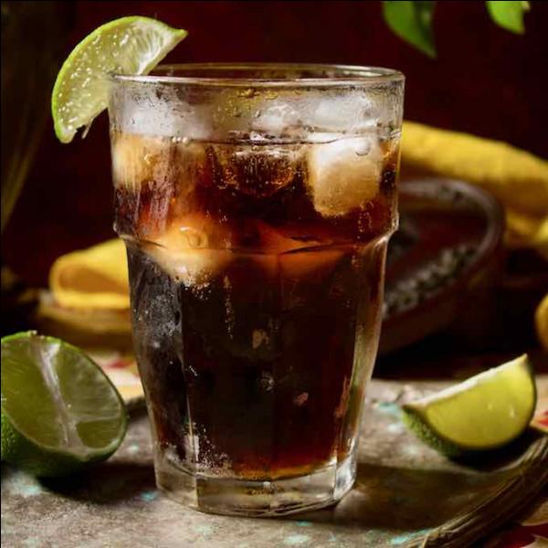Alcool principal : RhumIngrédient (s) : Citron vert, cola. Origine : Cuba A savoir : Porte le nom d'une chanson reprise par The Andrews Sisters en 1945.Quel est le nom de ce cocktail ?