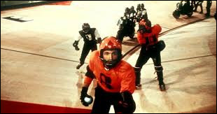Dans ce film, Jonathan E. est la star incontestée du rollerball, sport hyper-violent, mélange de hockey, de handball et de course de moto.