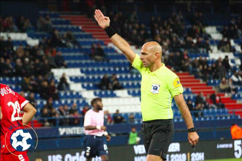 Quel club de Ligue 2 a pris le plus de cartons rouges (6) ?