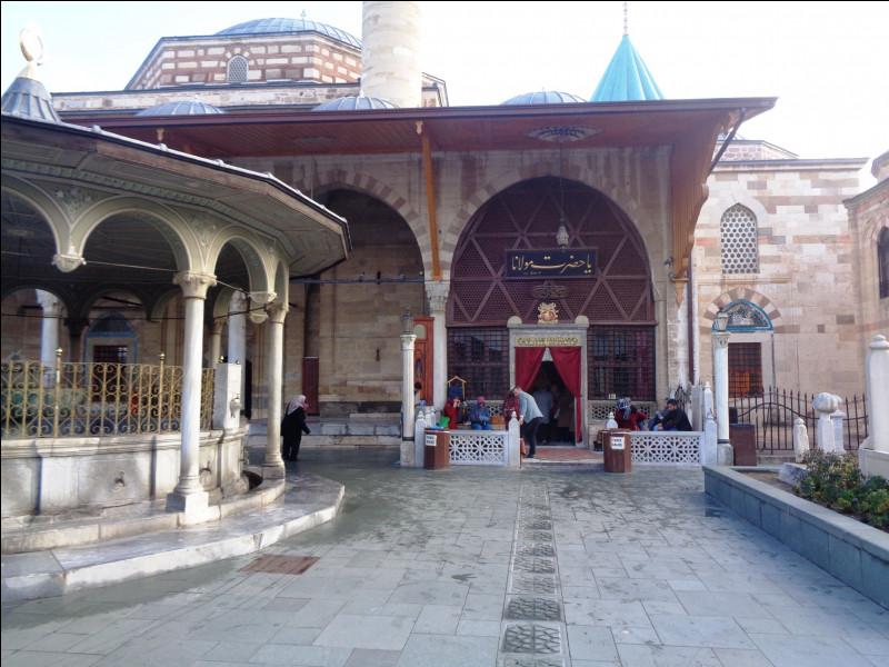 Quelle est cette ville turque, située sur le plateau central à environ 1 000 mètres d'altitude, où fut fondé l'ordre soufi des Derviches Tourneurs et qui est toujours aujourd'hui considérée comme la capitale spirituelle du pays ?