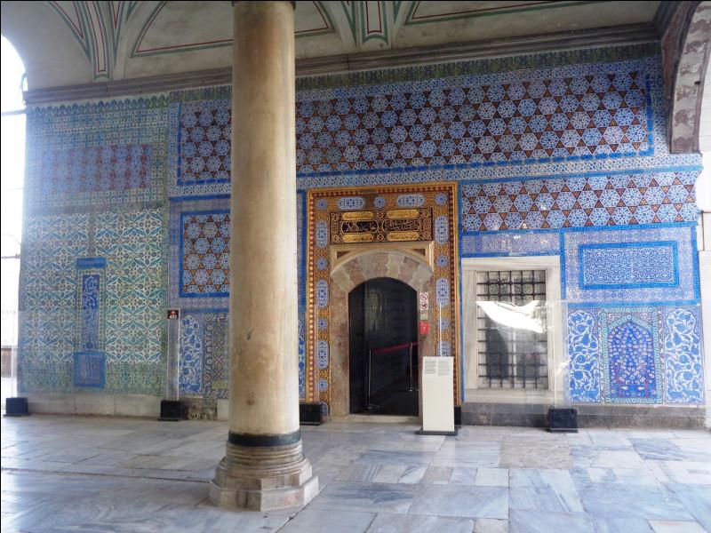 Quel est ce quartier d'Istanbul, le plus touristique, qui concentre les trois principaux monuments de la ville que sont la Mosquée Bleue, le Palais de Topkapi et Sainte-Sophie ?