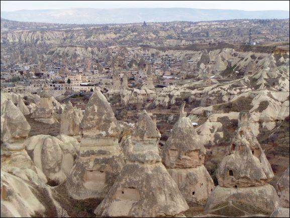 Quel est ce village de Cappadoce donnant son nom à toute une vallée parsemée de cheminées de fées et qui doit sa renommée à ses habitations troglodytes et à ses églises rupestres ?
