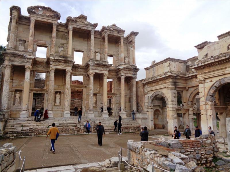 Quel est ce site antique grec de l'ouest de la Turquie qui abritait entre autres le temple d'Artémis (l'une des sept merveilles du monde) et la bibliothèque de Celsius ?