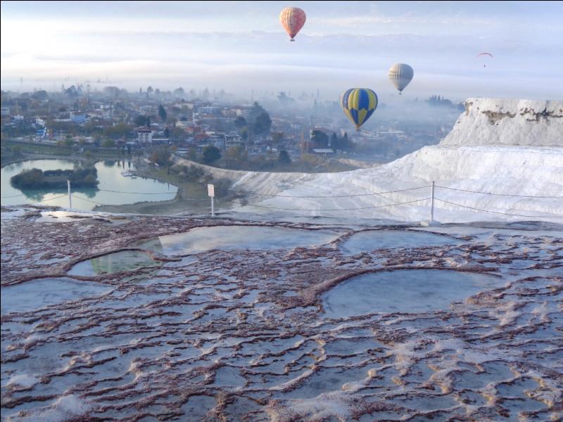 """Après la Cappadoce, le second site géologique remarquable de Turquie est Pamukkale et ses falaises blanchies par le calcaire. Si on traduit littéralement, que signifie """"Pamukkale"""" ?"""