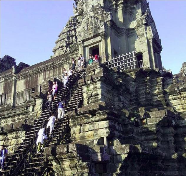 Avant l'ajout de l'escalier en bois, le dénivelé dépassait les 70 % par endroits ! On pourrait dire - avec un mauvais calembours à prétention historique - aux touristes téméraires, « Malraux vaincu ! ». Où sommes-nous ?