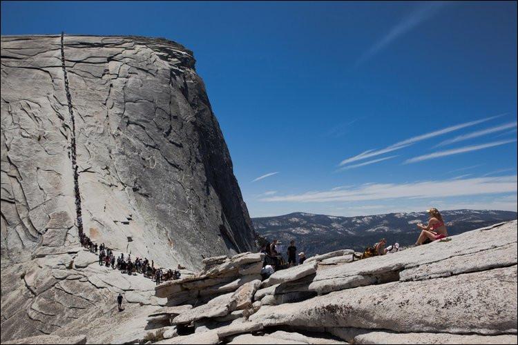 Ne dirait-on pas une procession de fourmis ? Il est vrai que ça se bouscule pour monter sur le « Demi-Dôme » du Parc National de ... (Complétez !)