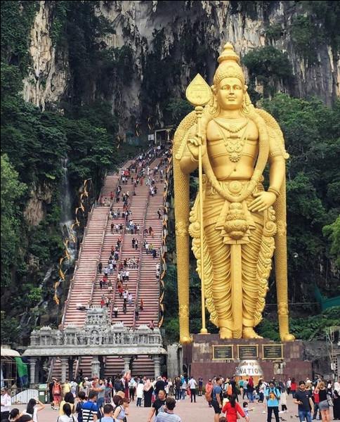 Il s'agit tout bonnement du plus grand sanctuaire hindou hors d'Inde... Cela explique sûrement les 5 000 pèlerins qui, chaque jour, tentent d'escalader les 272 marches de ... (Complétez !)