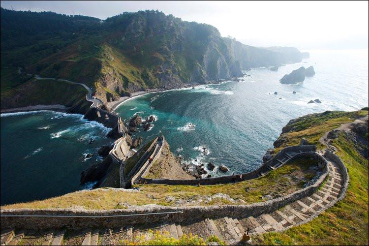 Il faut vraiment droit dans ses basques pour parcourir cet escalier de 231 marche en bord de mer. À moins de se croire dans « ... ». Mais en réalité, vous êtes bien à ...