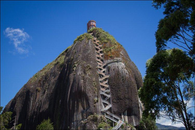 Le « Peñón de Guatapé » (Colombie), fait 4,6 millions de m3. Sachant que sa densité est d'environ 2.5, on a estimé son poids à ... de tonnes. Comment traduire le terme « peñón » ?