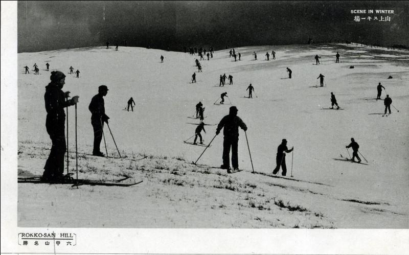 La photo a été prise vers 1940. De cette montagne, on a une vue panoramique sur la baie d'Osaka ou une magnifique vue de nuit sur la ville de Kobe. Est-ce la qualité de la neige, la chaleur du temps ou la technique des skieurs, mais peu glissent vraiment ? Sont-ce des fondeurs ? Mais surtout, où skient-ils ?
