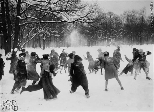 Cette photo date de 1935 : elle montre des adolescents qui se livrent à une guerre de balles de neige dans cet ancien terrain de chasse des rois de France. On y voit quelques bérets classiques et même quelques jambes s'amuser dans ce qui est l'un des poumons de la capitale.Nommez ce qui est le plus vaste lieu de détente de l'ouest parisien.