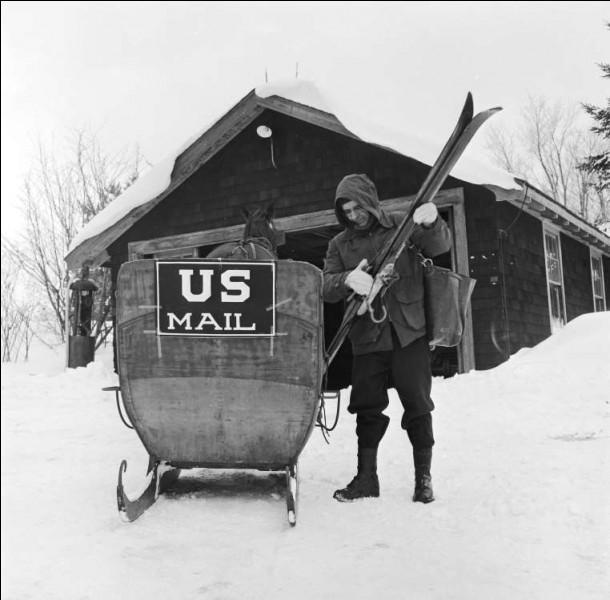 Juste un peu au sud de chez moi, au pays de l'oncle Trump. Un brave facteur, il y a 70 ans, partait livrer son courrier avec un traîneau tiré par des chevaux. J'imaginais à quel point il devait être reçu chaleureusement.Pour quelle municipalité et dans quel état cet employé des Postes américaines est-il responsable du courrier ?