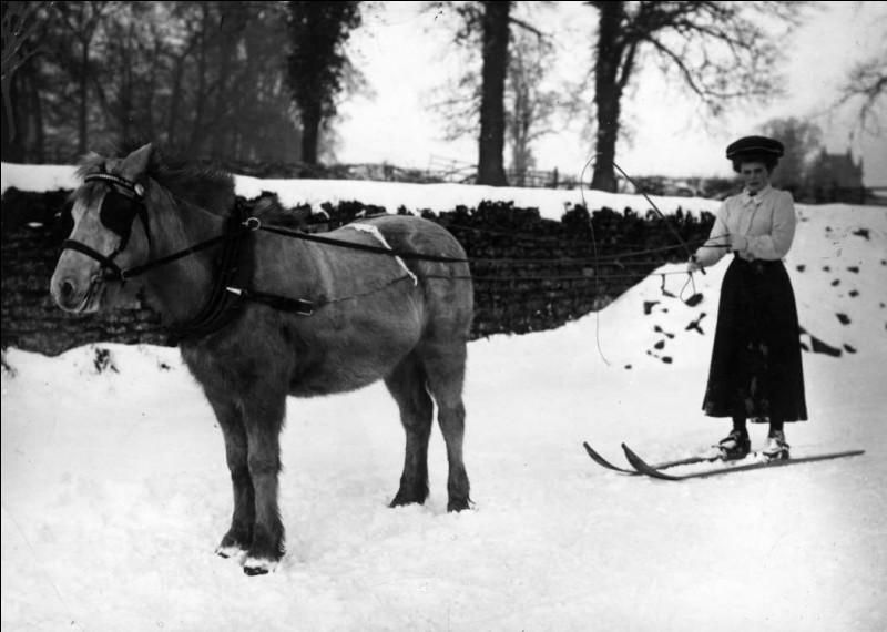 Les sports traditionnels de cette ville sont le rugby, le football et le cricket. Ce fut donc un rare spectacle quand cette dame a imaginé cette randonnée, en 1908 : sortie en chemise et mains nues, cela méritait une photo.Quel est le nom de cette ville dont le surnom du club de football est : ''The Cobblers, Town'' ?