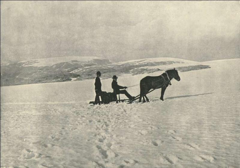 Il s'agit d'un de nos documents les plus anciens, il date de 1895 : le traîneau tiré par un cheval traverse un glacier dans la région de Hardangerfjord, dans le comté d'Hordaland. Le tout a bien changé depuis, c'est maintenant un parc national et l'on y opère un centre de ski. Mais où était-ce ?
