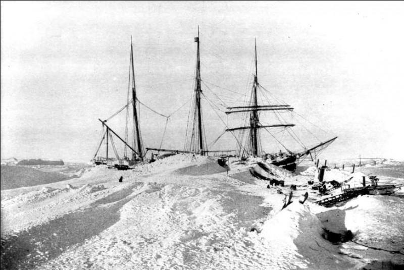 Ici, c'est l'hiver à l'année : on est en 1902. Ce navire, le Gauss, construit en Allemagne pour résister à de telles conditions d'expédition, est resté coincé après une tempête de neige d'une intensité imprévue. Où se trouvait ce bateau qui faisait partie d'une expédition menée par Eric von Drygalski, lors du premier voyage allemand vers cette région ?