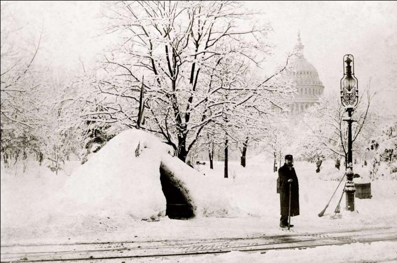 Document unique datant de 1888 : photo historique aussi, après l'un des blizzards les plus graves de l'histoire américaine, il y a eu jusqu'à 147 cm de neige par endroit. Cet officier déneige un peu, avec le Capitole des États-Unis en arrière-plan : il a un abri pour la prochaine poudrerie. Merci d'avoir voyager à travers le temps, avec moi : quel était ce dernier arrêt ?
