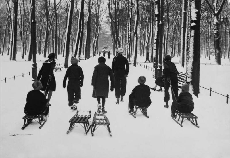 Déjà à l'époque, c'était le parc du centre-ville le plus populaire : bel endroit pour aller glisser et l'on voit des enfants qui marchent avec des traîneaux. Au XVIe siècle, c'était une forêt et l'endroit idéal pour chasser le cerf. C'est quand même drôle de voir la dame assise sur un banc enneigé, les jambes à l'air.Où étaient ces gens ?
