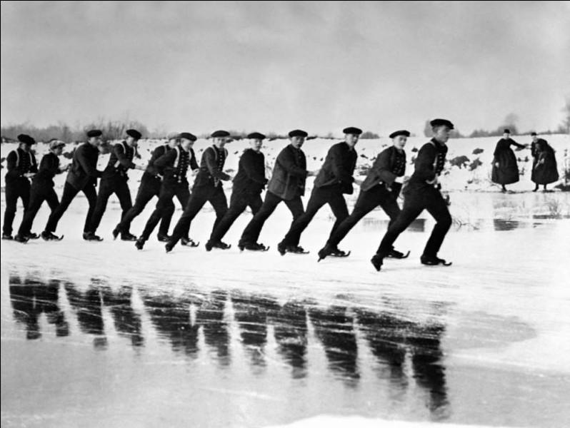 Photo prise en janvier 1929, l'habillement traditionnel des 2 dames à droite devrait vous aider à géolocaliser l'endroit. Les patins sont plutôt rigolos, ne trouvez-vous pas ?Nommez ce pays où la topographie prédispose au patinage (et au vélo) et où on patinait abondamment dans les canaux, jadis.