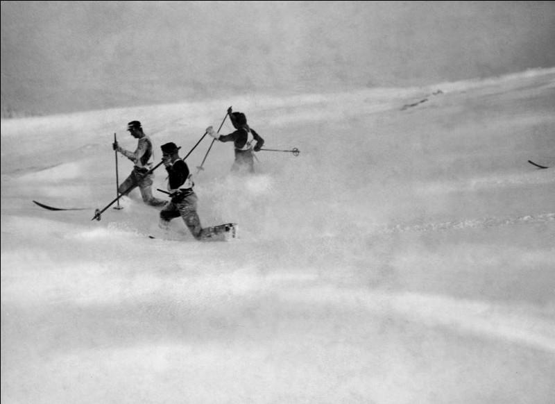 Ils sont en plein milieu d'une course où ils utilisent le télémark.Situez ces fondeurs de 1922, qui concourent sur une paroi, un versant raide dans les monts des Géants, où l'on trouve la Sniejka, la plus haute montagne du pays et de la République tchèque.
