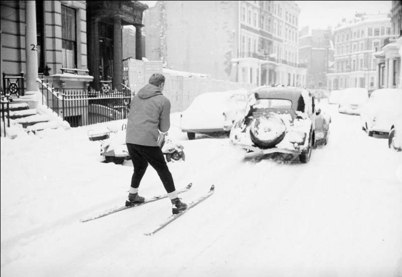Le 29 mai 1962, il a neigé un bon 15 cm : à cette date et à cet endroit, qu'on peut reconnaître grâce aux immeubles et aux véhicules, faut avouer que c'est assez rare. Où skiait ce téméraire qui se faisait tirer par une voiture dans le district d'Earl's Court ?