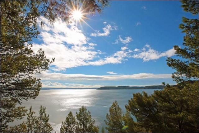 Véritable lagune côtière, c'est le second plus grand étang salé d'Europe, situé dans les Bouches-du-Rhône, il communique avec la mer Méditerranée par le canal de Caronte, quel est son nom ?