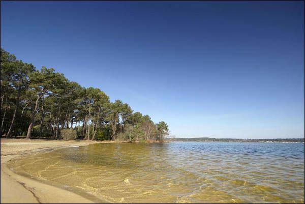 Quel est ce plan d'eau de 1 985 ha, qui fait partie des grands lacs landais, communiquant au nord, avec le lac d'Hourtin, dans le département de la Gironde ?