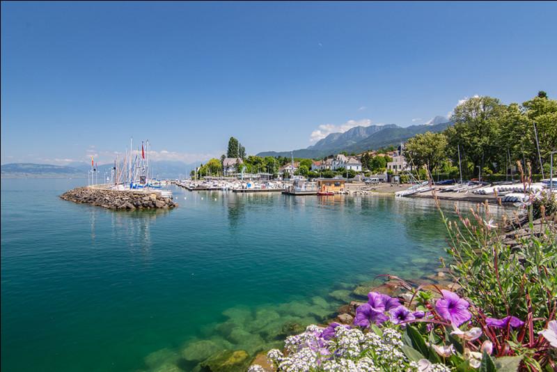 Sur quel grand lac se situe la ville d'Évian ?