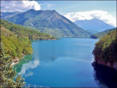 Quel est ce lac artificiel à cheval sur les départements de l'Isère et des Hautes-Alpes dans lequel vous pourrez vous baigner si vous allez à Corps ?