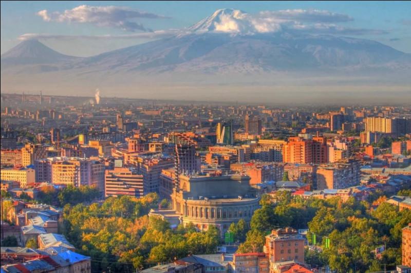 La plaine du Mont Ararat symbole de la ville - les ruines de la forteresse d'Ereboun - forte activité sismique - l'aéroport international Zvartnots