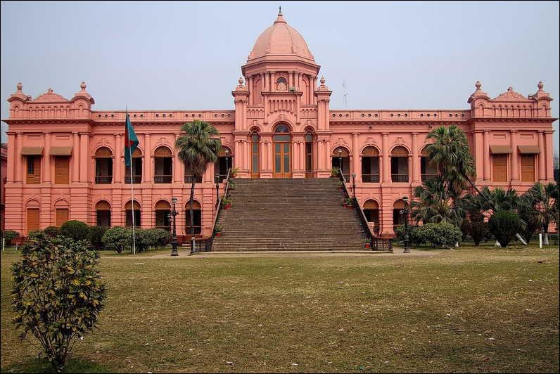 Une population de plus de 18 millions d'habitants - environ 700 mosquées et de nombreux monuments - fréquentes périodes de moussons - le Royaume du Bengale