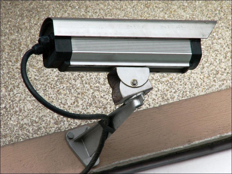 D'après le ministre de l'Intérieur, de quel pourcentage la délinquance peut-elle baisser dans les villes équipées de vidéosurveillance ?