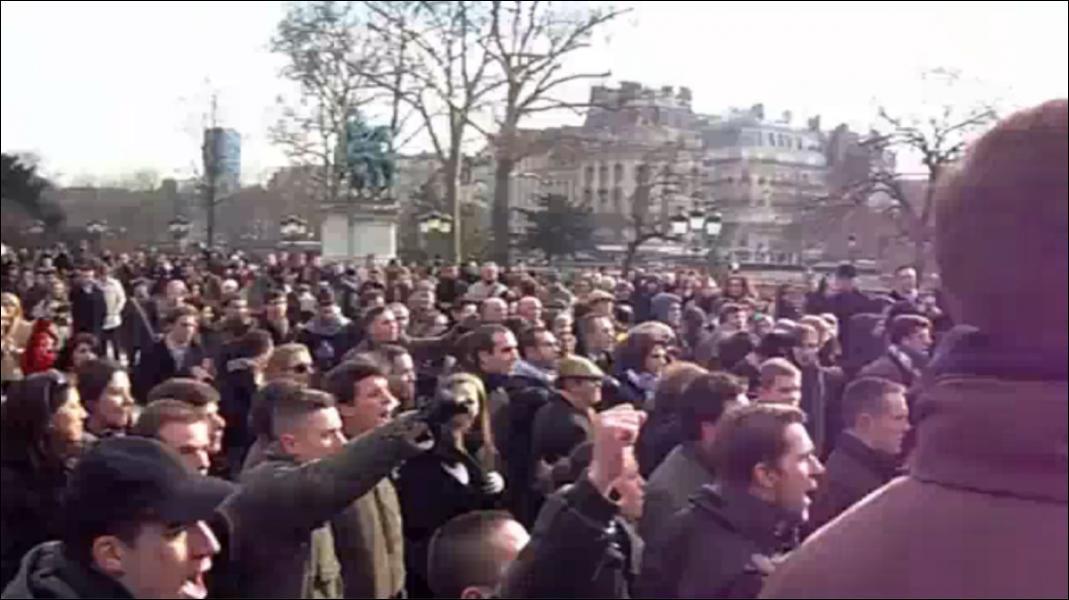 La police est intervenue dimanche sur le parvis de Notre-Dame à l'occasion d'un 'kiss-in', une séance de baisers en public. Que se passait-il ?
