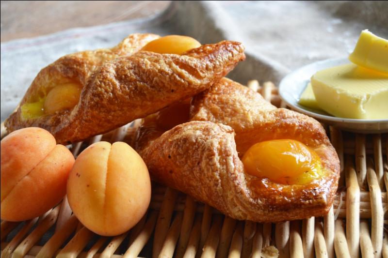 """L'Oranais, pâte briochée ou feuilletée à la crème pâtissière avec 2 demi-oreillons de fruit, est aussi appelé """"lunettes aux ... """""""