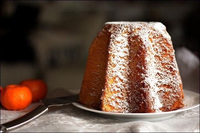 Quel est ce gâteau de Noël italien, doré et de la forme d'un cône tronqué, dont la section est une étoile à 8 branches ?