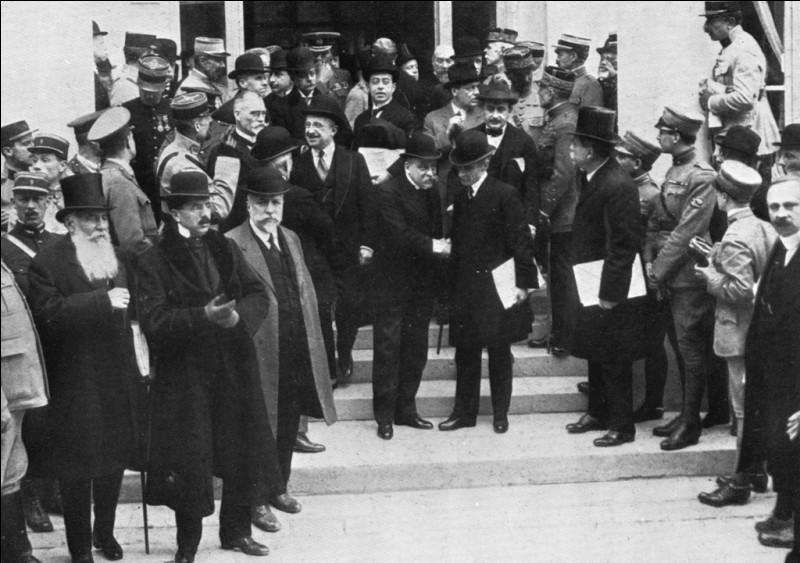 Le traité de Trianon, faisant suite au traité de Versailles, est signé le 4 juin 1920 au Grand Trianon entre les puissances victorieuses de la Première Guerre mondiale et ...