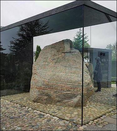 Les pierres de Jelling > Ayant jeté sa gourme, Gorm III - roi du Danemark entre 936 et 958 - érigea ses pierres en l'honneur de son fils, qui n'était autre que ...