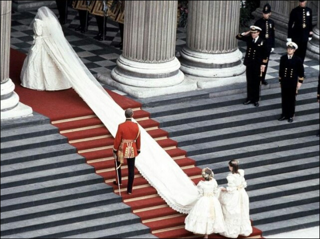Combien mesurait la traîne de la robe de mariée de Lady Di qui a coûté 150000 dollars ?