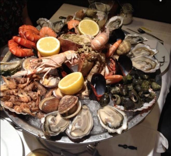 On vous invite à vous installer à table. Devant vous, cette assiette de crustacés crus. Quel vin est-il conseillé ?