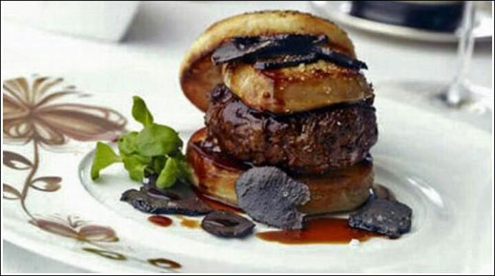Boeuf de Wagyu surmonté d'un médaillon de foie gras. Sauce à la truffe et lamelles de truffes noires, le tout compris dans un pain broché à la truffe. Où êtes-vous?